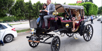 Adana Belediye Başkanı'ndan Örnek Davranış: Evlenen Çifti Elektrikli Faytonla Gezdirdi